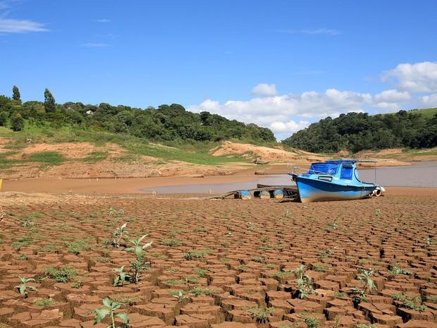 Represa localizada na cidade de Vargem (SP), nesta quinta-feira (13).  O índice que mede o volume de água armazenado no Sistema Cantareira registrou novo recorde negativo. (Foto: Luis Moura/Estadão Conteúdo)