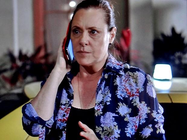 Tina faz ligação suspeita ao sair de casa (Foto: TV Globo)