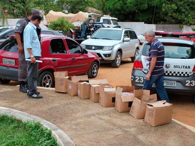 Caixas foram abertas e apreendidas após a constatação de que mercadorias haviam sido trocadas (Foto: Marcelino Neto)