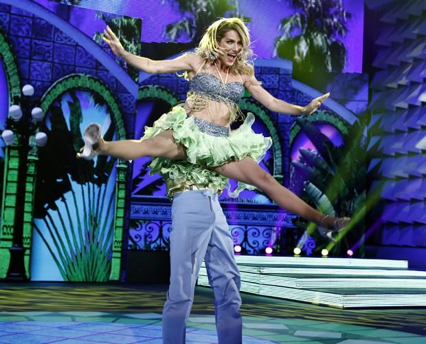 A atriz voa na sua coreografia (Foto: Inácio Moraes / TV Globo)