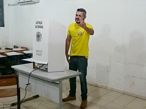 Dia de votação em Ariquemes: Em menos de 30 segundos, candidado Thiago Flores conclui a sua votação na Escola Ricardo Cantanhede, em Ariquemes (Foto: Jeferson Carlos/G1)