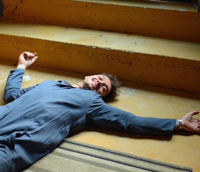 Lucas se diverte na hora de fingir a queda (Foto: Pedro Carrilho/Gshow)