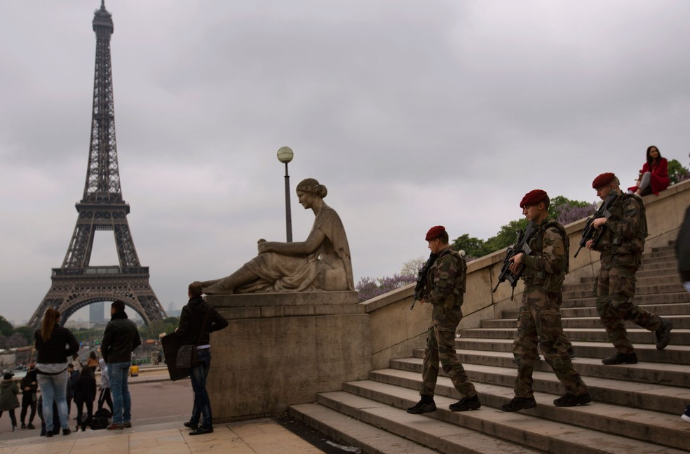 Soldados do exército patrulham Trocadero, região próxima à Torre Eiffel, em Paris, na França (Foto: AP Photo/Emilio Morenatti)