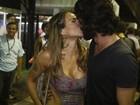 Alinne Rosa troca beijos com o namorado em Salvador