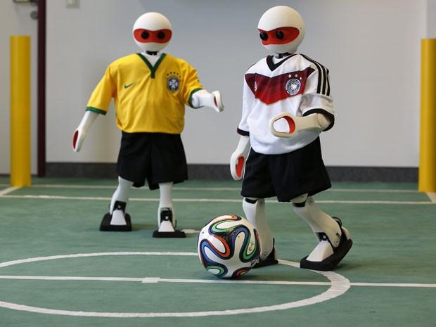 Robôs humanóides produzidos pelo Instituto de Ciências da Computação da Universidade de Bonn, na Alemanha (Foto: Ina Fassbinder/Reuters)