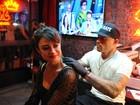 Mais uma! Thaila Ayala faz sua 12ª tatuagem durante o Rock in Rio