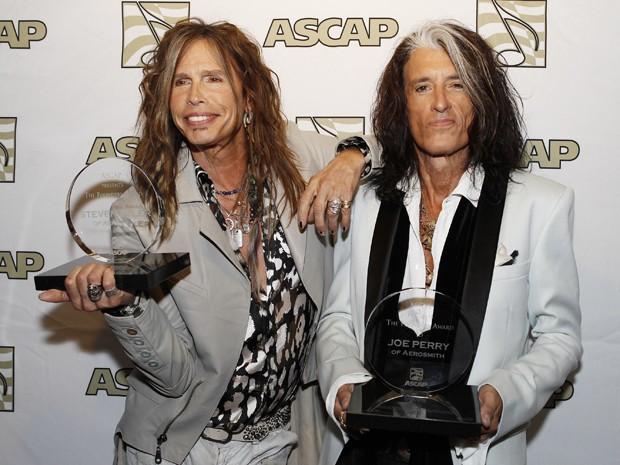 Steven Tyler e Joe Perry, do Aerosmith, posam para foto com troféu da Sociedade de Compositores dos EUA, no dia 8 de abril. A cerimônia em homenagem a eles acontece na quarta-feira (17) (Foto: Reuters/Fred Prouser)