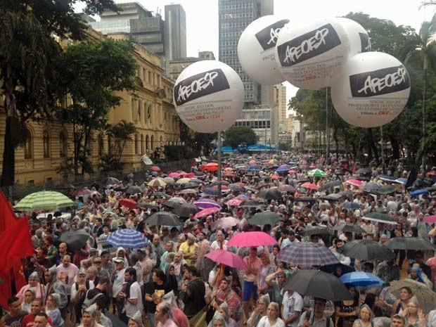 Professores fizeram assembleia no Masp e seguiram em caminhada até a Praça da República. (Foto: Roney Domingos/G1)