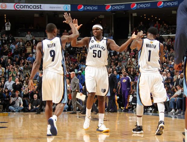 Zach Randolph comemora a vitória do Memphis com seus companheiros (Foto: AFP)