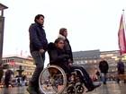 Refugiada síria que atravessou Europa em cadeira de rodas passa 1º Natal na Alemanha