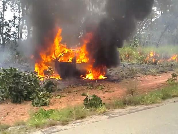 Carro pegou fogo e matou motorista queimado em Divinópolis (Foto: Poliano Oliveira/Arquivo Pessoal)