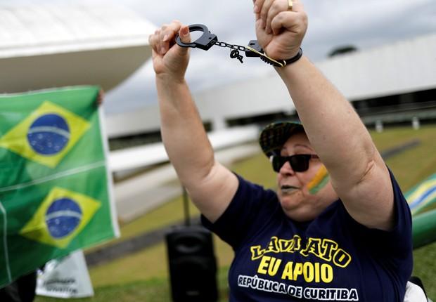 Manifestante mostra mãos algemadas durante contra em favor da Lava Jato em Curitiba, no dia do depoimento de Luiz Inácio Lula da Silva (Foto: Nacho Doce/Reuters)