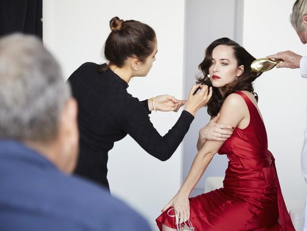 Dakota Johnson durante a sessão de fotos para a Intimissimi: campanha de lingerie usa modelos vestidas (Foto: Divulgação)