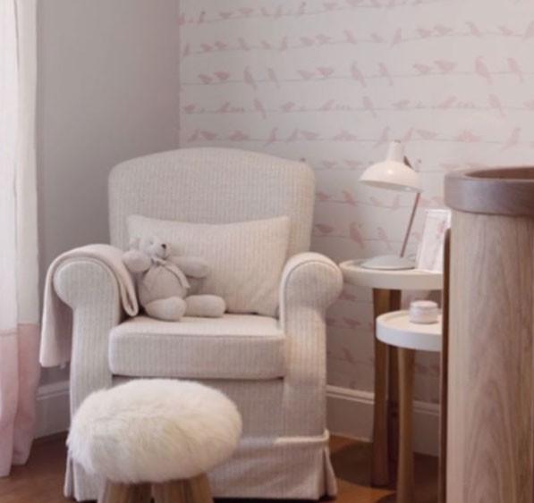 A poltrona de amamentação e a parede com papel de parede de passarinhos (Foto: Reprodução - Instagram)