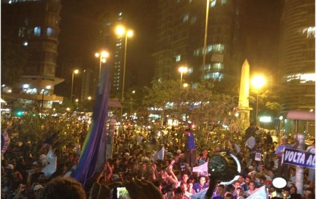 Torcida do Cruzeiro pede a volta de Alex (Foto: Rodrigo Franco / TV Globo Minas)