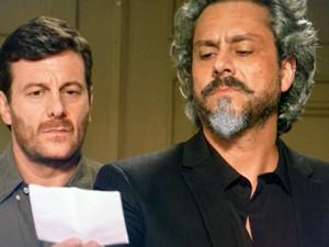 Zé Alfredo fica surpreso com o bilhete (Foto: TV Globo)