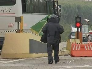 Agentes do Gate vieram da capital para desativar os explosivos  (Foto: Reprodução / TV TEM)