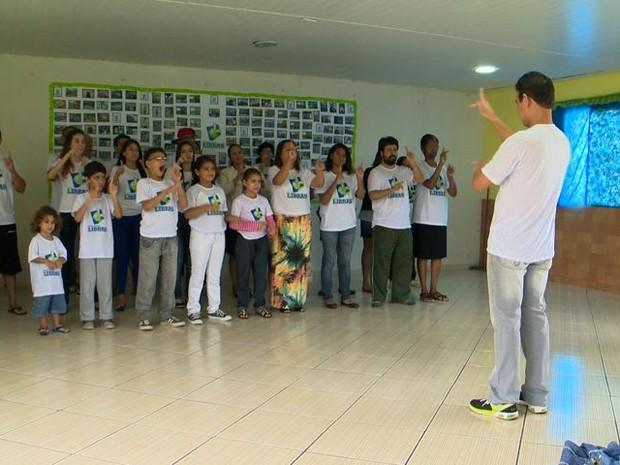 Aula de Libras do professor voluntário (Foto: Reprodução/ TV Gazeta)