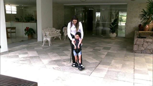 Lorenzo está se adaptando ao upsse, equipamento que ajuda crianças com paralisia cerebral (Foto: Encontro com Fátima Bernardes/TV Globo)
