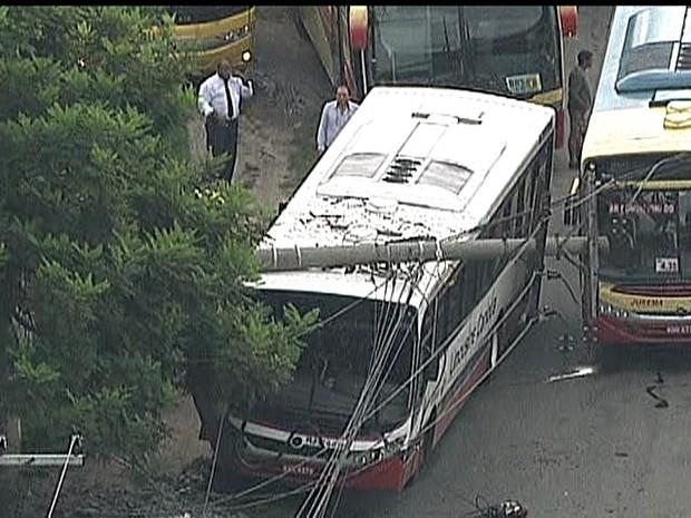 Õnibus atinge poste na Avenida Presidente Kennedy, em Duque de Caxias, na Baixada Fluminense. (Foto: Reprodução / TV Globo)