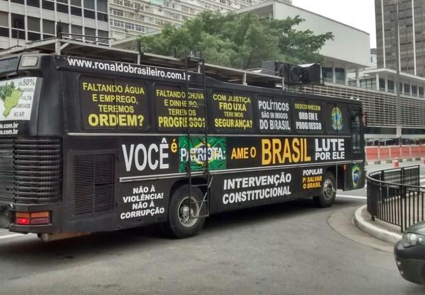 """Ronaldo """"Brasileiro"""" levou seu ônibus para o protesto em São Paulo (Foto: Marcos Coronato/ÉPOCA)"""