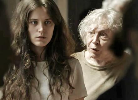 Clara conhece Beatriz na clínica e recebe dica valiosa