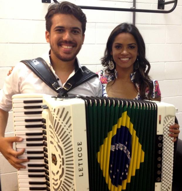 Luan Forró Estilizado e Lucy Alves cantam juntos (Foto: Bruna Magalhães/Gshow)