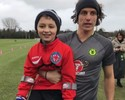 Pequeno torcedor visita David Luiz  no treino e ganha camisa do Chelsea
