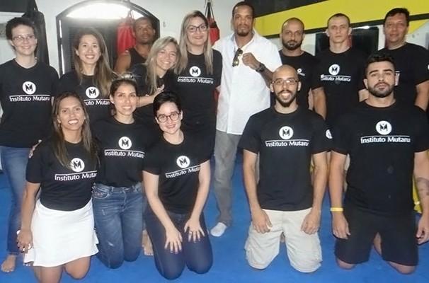 Apresentação  do projeto com a presença de voluntários e do lutador Allan Nugette (Foto: Divulgação / Instituto Mutaru)