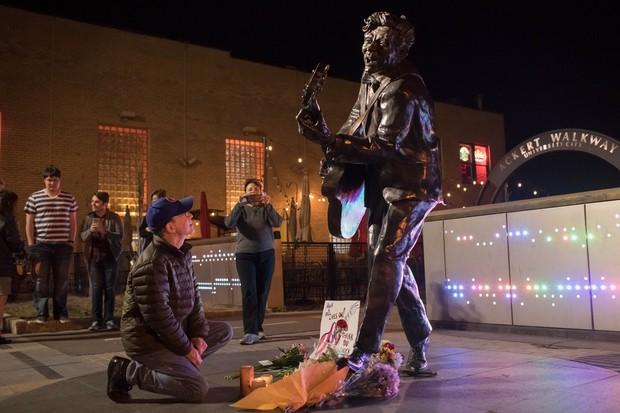 Fãs prestam homenagens a Chuck Berry  (Foto: Whitney Curtis / GETTY IMAGES NORTH AMERICA / AFP)