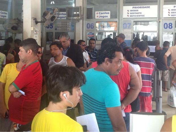 Lotéricas ficaram lotadas nesta quinta-feira (31) em Macapá (Foto: Jéssica Alves/G1)