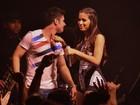 De macacão justinho, Anitta reclama de camisinha jogada no palco