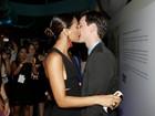 Camila Pitanga dá beijão no namorado Igor Angelkorte