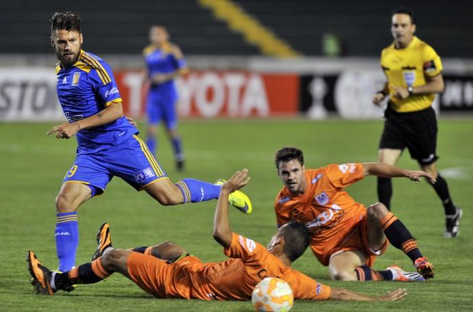 Rafael Sobis Universitario Sucre x Tigres Libertadores (Foto: AIZAR RALDES / AFP)