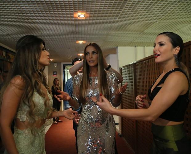 Trio de cantoras rouba olhares nos corredores dos estúdios (Foto: Carol Caminha/ Gshow)