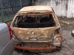 Carro do médico foi encontrado carbonizado no dia 11 de outubro, também na Via Parafuso, trecho de Camaçari. Bahia (Foto: Reprodução/ TV Bahia)
