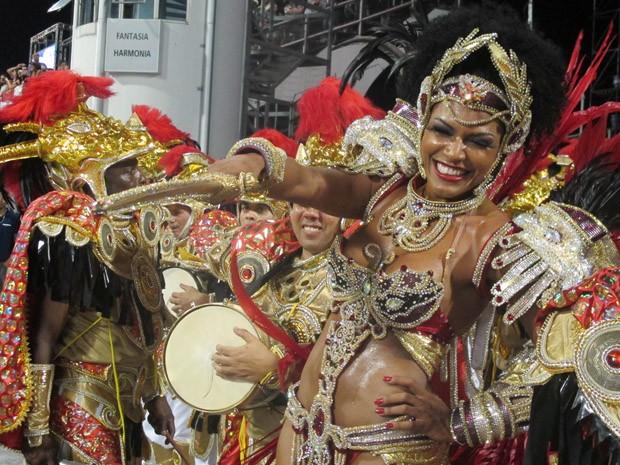 A rainha de bateria, Simone Sampaio, festeja com a Dragões da Real. (Foto: Clara Velasco/G1)