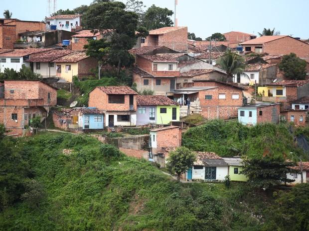 Economista aponta que a solução definitiva para a pobreza, como a enfrentada pela população nas grotas e favelas de Maceió, está na qualificação e no encaminhamento para o mercado de trabalho. (Foto: Jonathan Lins/G1)