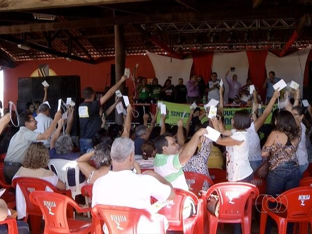 Professores estaduais se reuniram e decidiram suspender greve  (Foto: Reprodução/TV Anhanguera)