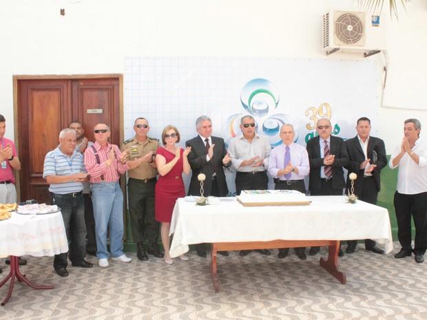 Ex-diretores da emissora e colaboradores se reúnem para cortar o bolo em comemoração aos 39 anos da TV RO (Foto: Jenifer Zambiazzi/G1)