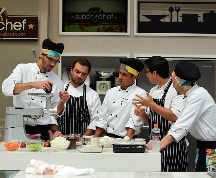 Elenco do Super Chef tem aula de embutidos (Foto: Carolina Morgado/Gshow)
