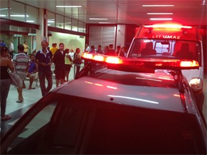 Policial foi levado ao Hospital de Trauma (Foto: Walter Paparazzo/G1)