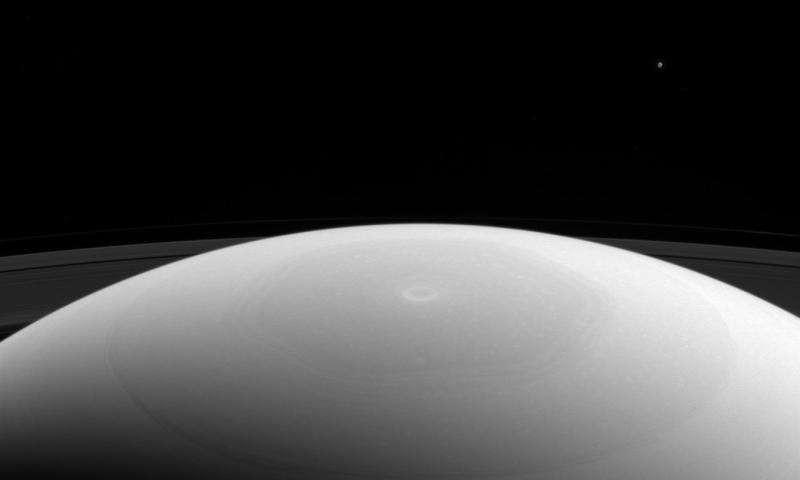 O satélite Mimas visto do polo norte de Saturno (Foto: NASA/JPL-Caltech/Space Science Institute)