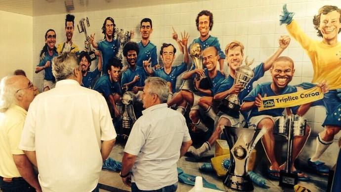 Tostão visita painel com imagens de ídolos da história do Cruzeiro (Foto: Rodrigo Fuscaldi)