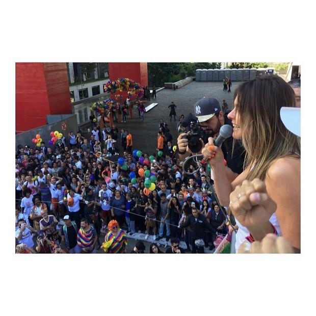 Fernanda Lima discursa em frente ao MASP (Foto: Reprodução/Instagram)