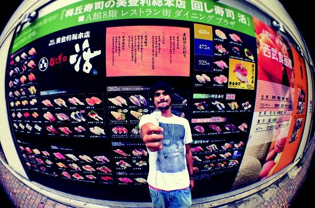 Caio Castro no Japão (Foto: Divulgação)