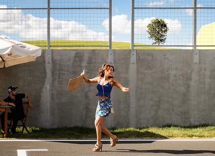 Tancinha invade pista de corrida para fazer declaração a Apolo