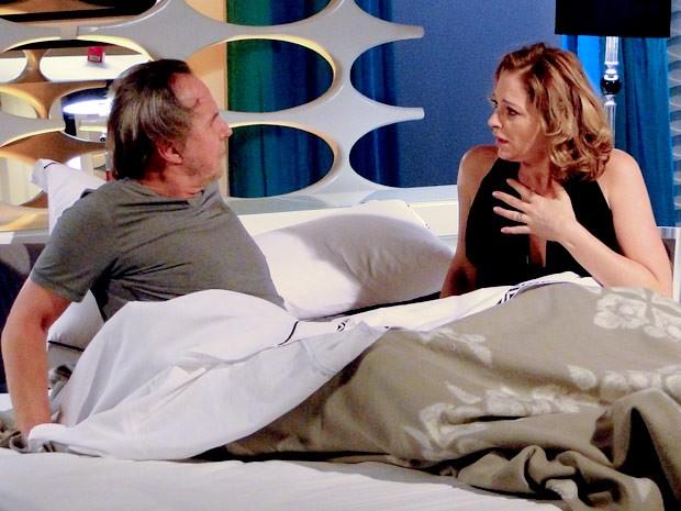 A perua se assusta quando acorda e dá de cara com Ernani (Foto: Cheias de Charme / TV Globo)