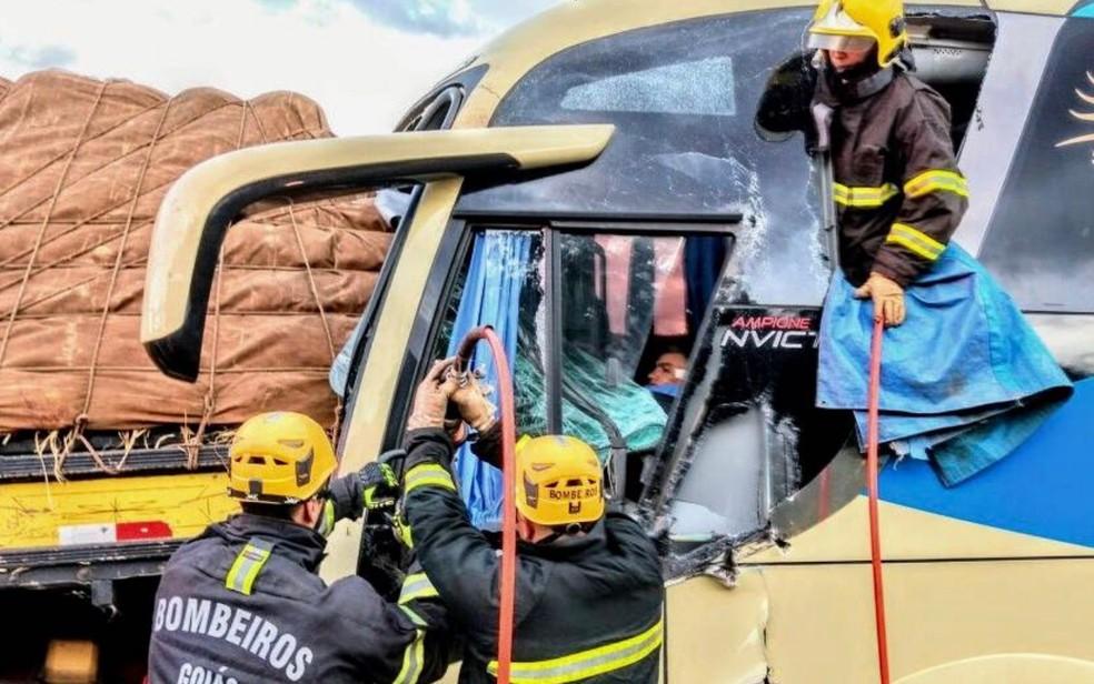 Motorista de ônibus fica ferido após acidente com caminhão no Distrito JK em Formosa, Goiás (Foto: Divulgação/Corpo de Bombeiros)