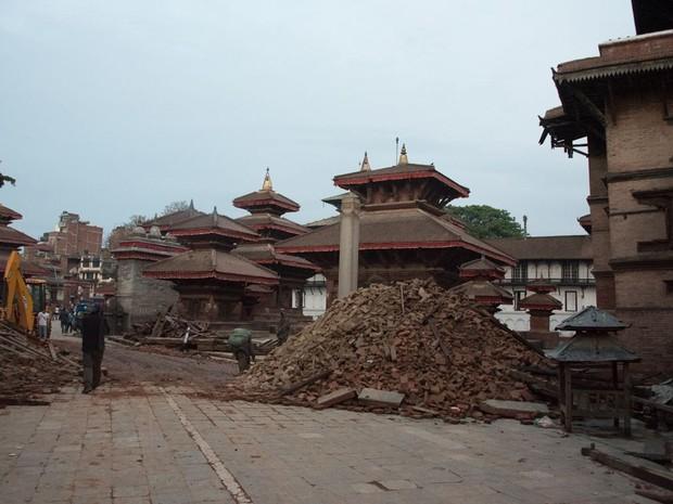 Depois: Templos onde antes ousavam pássaros foram atingidos por terremoto na Durbar Square (Foto: Nádia Otake/ Grassroots News International)